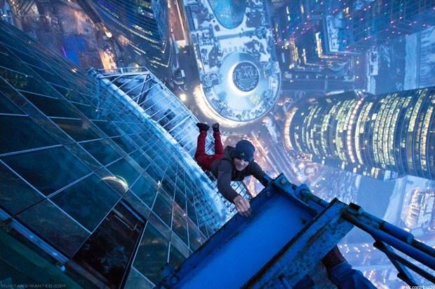 ragazzo-russo-appeso-al-grattacielo